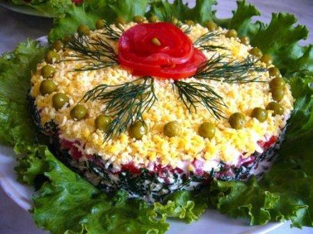 """Слоеный салат """"Талия"""" с курицей, грибами и помидорами"""
