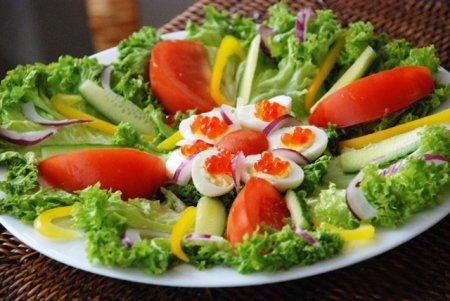 Салат с перепелиными яйцами и красной икрой