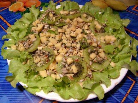 Зеленый салат с киви и семечками