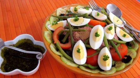 Салат с тунцом и оливковым соусом