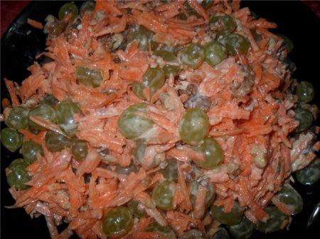 Морковный салат с виноградом