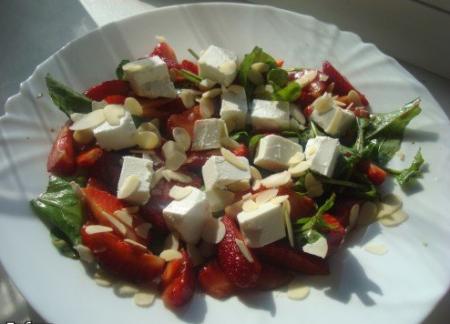 Салат из клубники с ореховым соусом