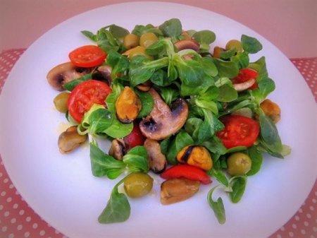 Салат с мидиями и зелёными оливками