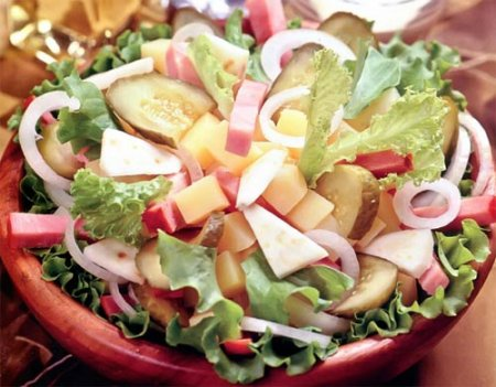 Салат из сельдерея, картофеля, ветчины и огурцов