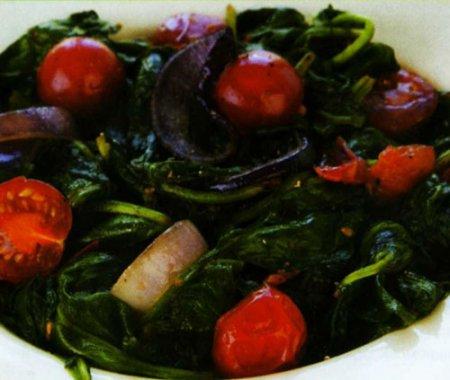 Теплый салат из шпината и красного лука