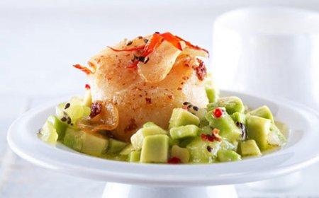 Салат из морских гребешков и авокадо