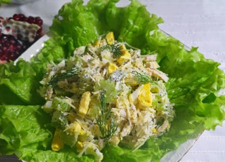 Салат с сельдереем, куриной грудкой с маковой заправкой