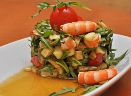 Салат из авокадо, руколы, яблока и креветок