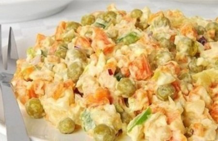 Салат из куриного мяса с морковью и зеленым горошком.