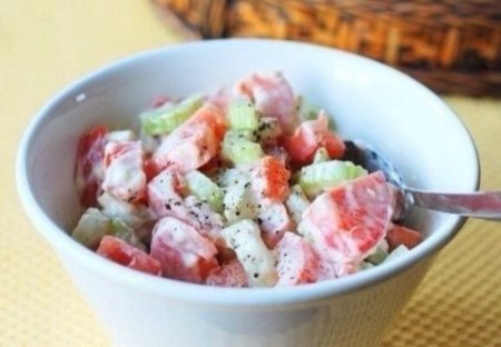 Салат из помидоров и сельдерея.