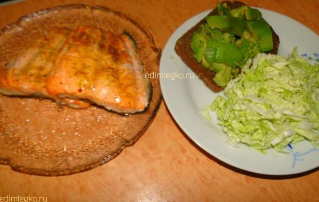 Запеченная форель и тосты с авокадо