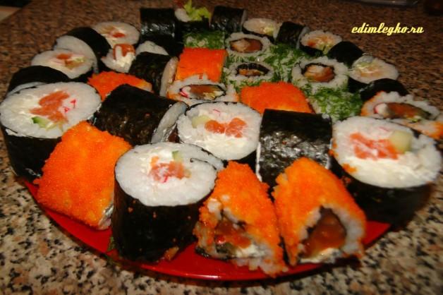 Острый ролл с лососем и тобико красной