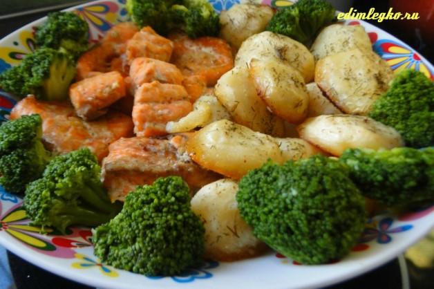 Картофель запеченный с лососем и брокколи