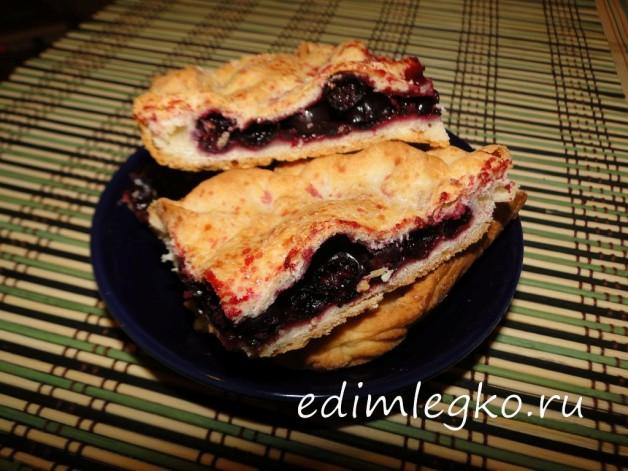 Сочный пирог с черной смородиной
