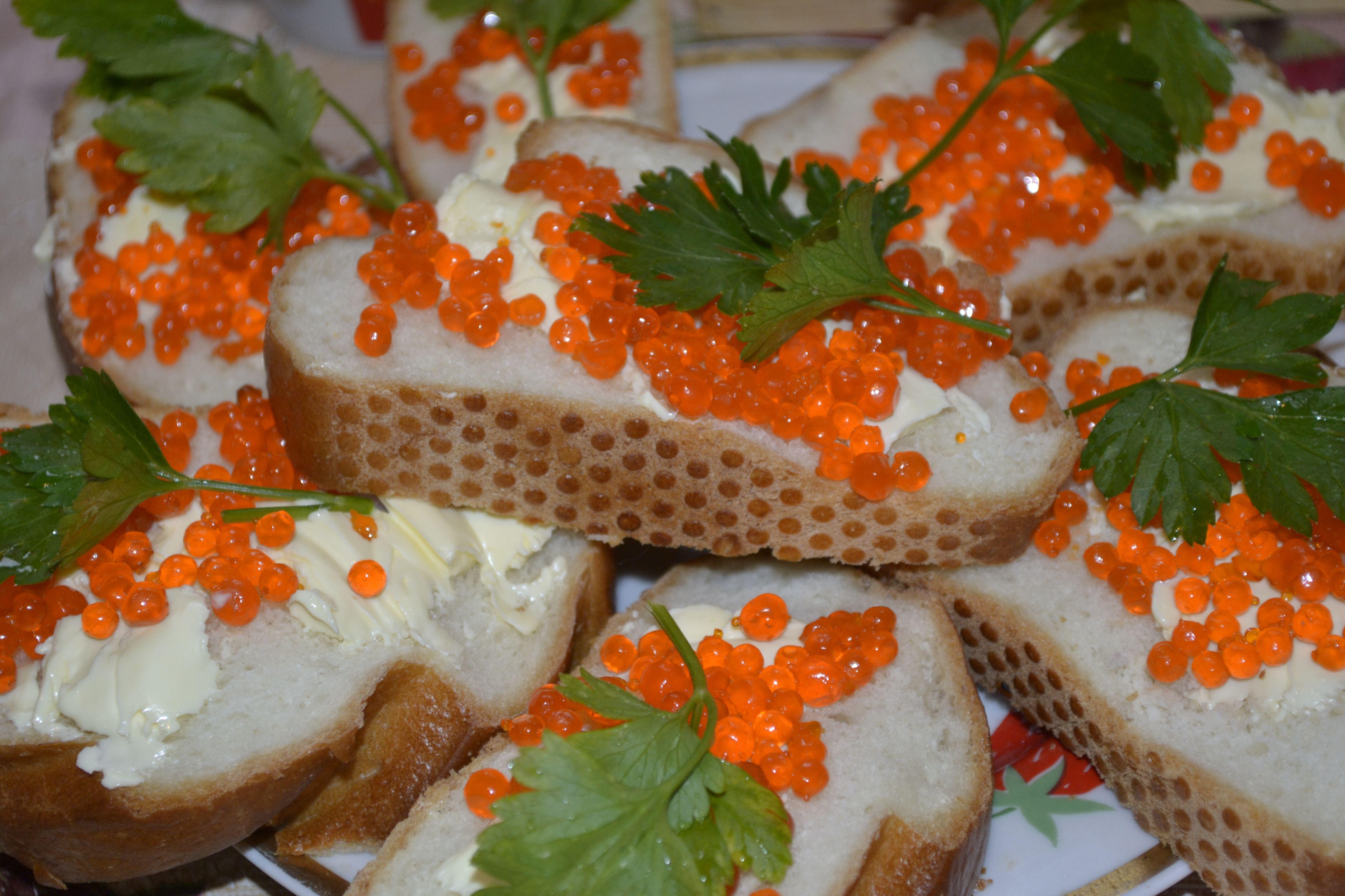 Бутерброды с красной икрой и маслом