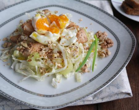 Салат из пекинской капусты с куриным филе, стеблевым сельдереем с яйцом