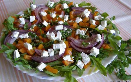 Салат с рукколой, болгарским перцем и сыром Фета
