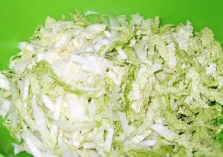 Салат из пекинской капусты, курицы и ананаса.