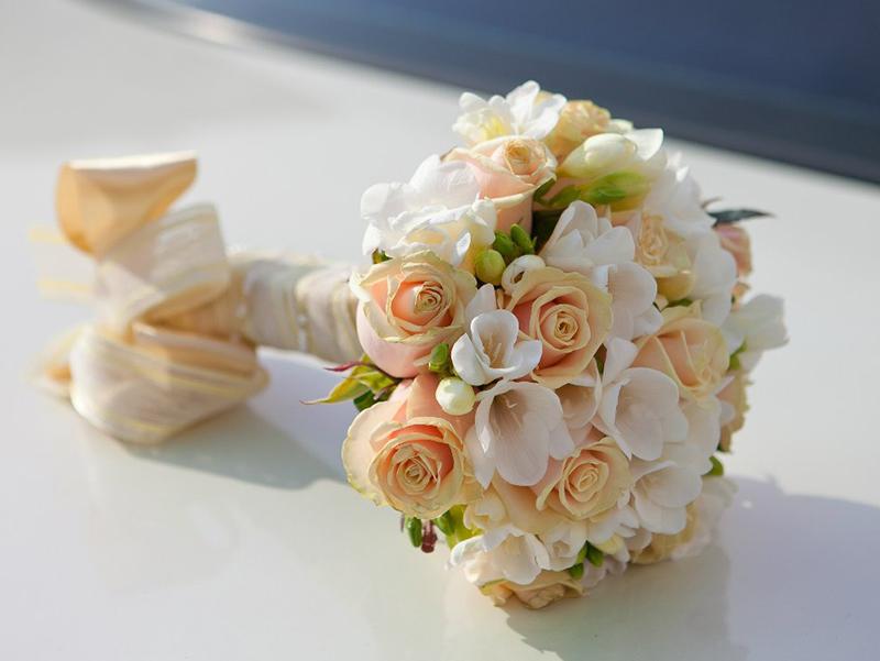 Букеты из роз и фрезий: королевская роскошь